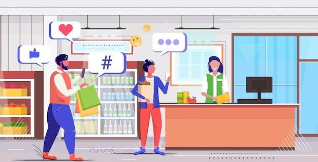 Persone che acquistano i clienti della spesa utilizzando il concetto di comunicazione della rete di social media per app mobili online
