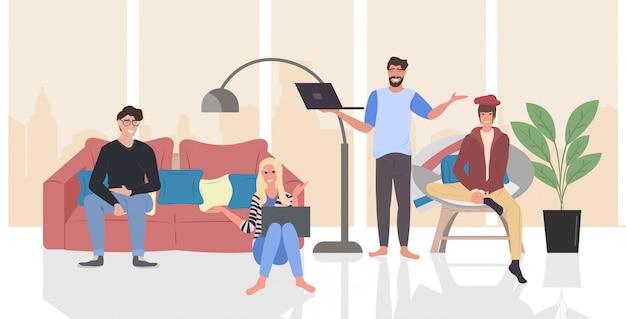 Persone che discutono nel corso della riunione mix gara uomini donne che utilizzano computer portatili trascorrere del tempo insieme comunicazione blogging concetto moderno salotto interno orizzontale a figura intera