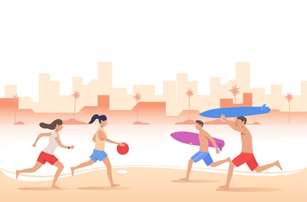 Persone che giocano con la palla e che trasportano tavole da surf sulla spiaggia della città