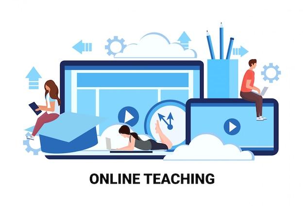 Persone che studiano corsi di formazione per applicazioni informatiche istruzione attività di insegnamento online