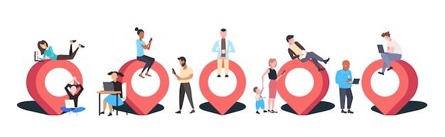 Persone che utilizzano gadget digitali geo pin tag puntatore uomini d'affari con indicatore di posizione gps navigazione posizione aziendale concetto orizzontale piena lunghezza