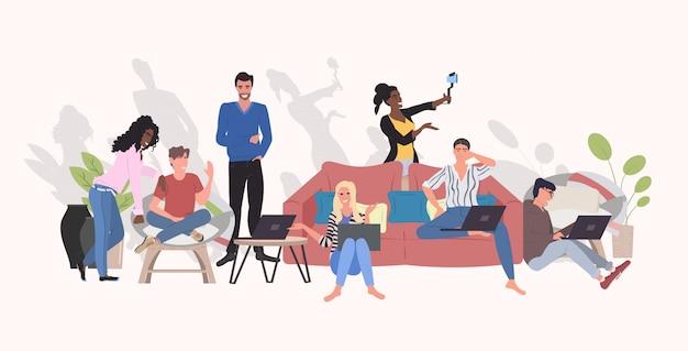 Persone che utilizzano gadget digitali prendendo selfie foto su smartphone fotocamera mix gara uomini donne streaming live comunicazione blogging concetto orizzontale integrale