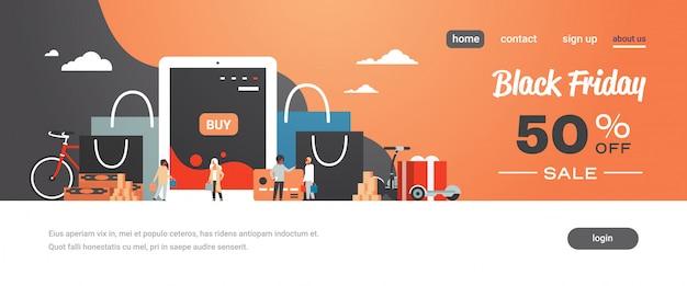 Persone clienti con acquisti di borse per la spesa che acquistano online con l'app per tablet e-shopping sconto del concetto speciale del black friday