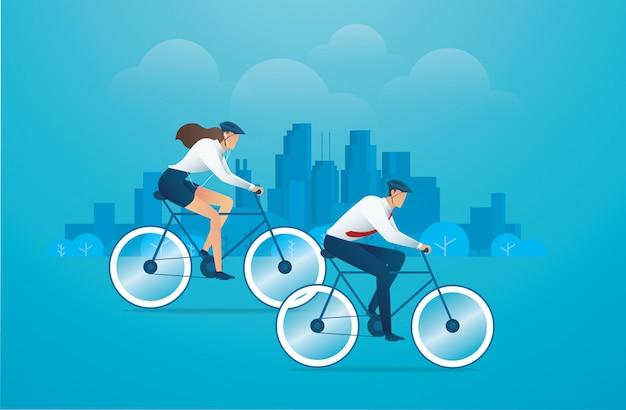 Persone con parco di biciclette e città sullo sfondo