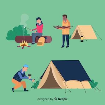 Persone in campeggio in montagna