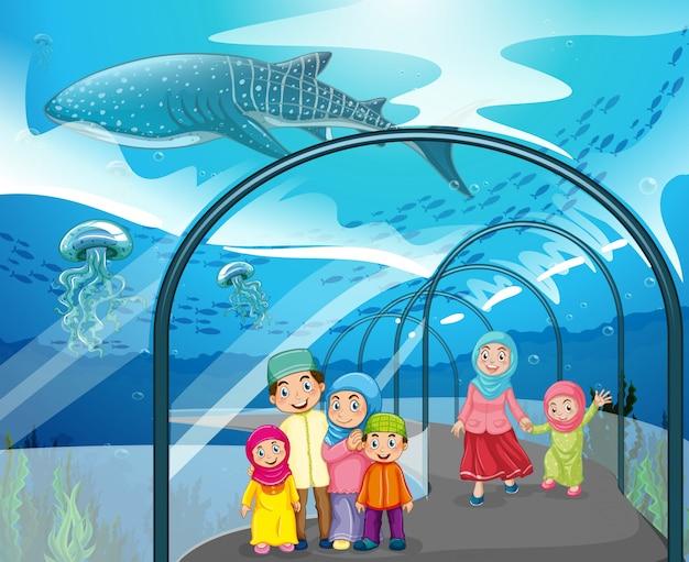 Persone musulmane che visitano l'acquario