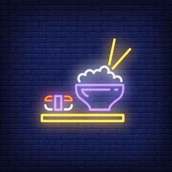 Piatti giapponesi con sushi e riso al neon