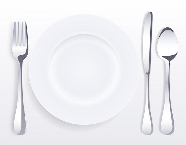Piatto in porcellana bianca vuota con cucchiaio, coltello e forchetta.