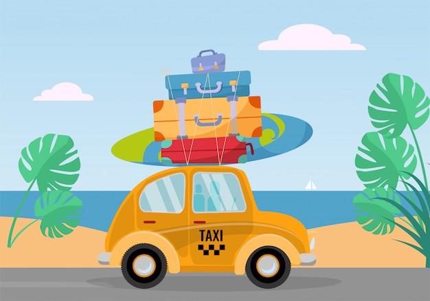Piccola automobile gialla gialla del taxi guida dal mare con la pila di valigie sul tetto. illustrazione piatta dei cartoni animati. vista laterale auto con tavola da surf. paesaggio meridionale con sabbia. trasferimento in taxi in vacanza