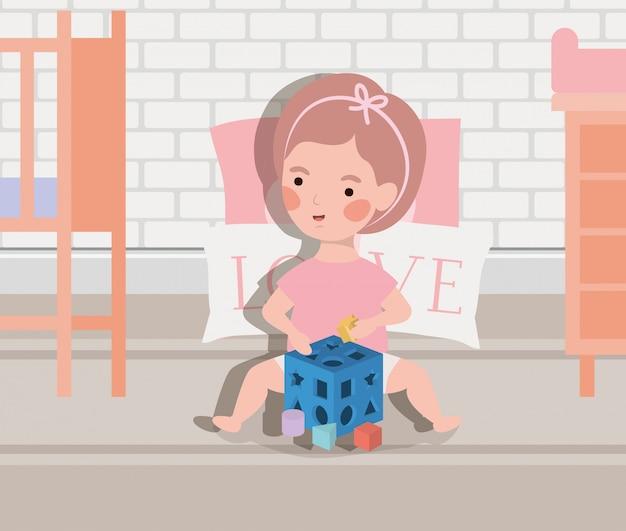 Piccola neonata che gioca con il giocattolo