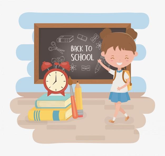 Piccola ragazza studentessa con lavagna e materiale scolastico