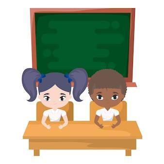Piccoli studenti svegli in scrivania con consiglio scolastico