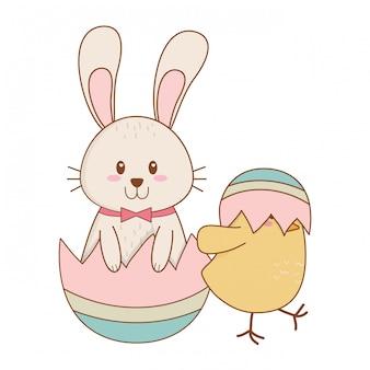 Piccolo coniglio e pulcino con caratteri pasquali dipinti a uovo