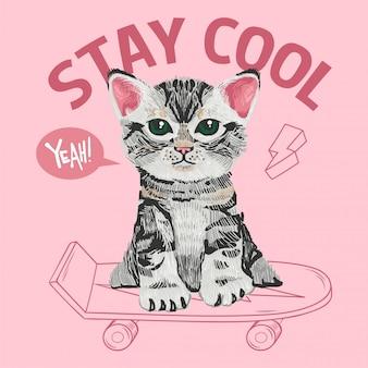 Piccolo gattino molto carino che si siede su uno skateboard. stile del fumetto dell'illustrazione di scarabocchio del ricamo.