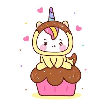 Piccolo pony del fumetto sveglio dell'unicorno sul bigné dolce