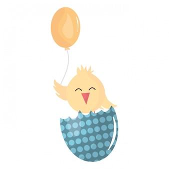Piccolo pulcino con uovo rotto ed elio a palloncino
