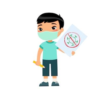 Piccolo ragazzo asiatico con la mascherina medica che tiene lo strato di carta con l'immagine del virus. scolaro sveglio con l'immagine e la matita in mani isolate su fondo bianco. concetto di protezione antivirus.