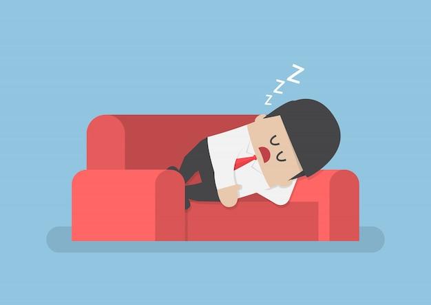 Pigro uomo d'affari che dorme sul divano