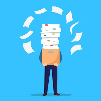 Pila di carta, uomo d'affari impegnato con la pila di documenti in cartone, scatola di cartone. documenti. burocrazia. dipendente stressato.