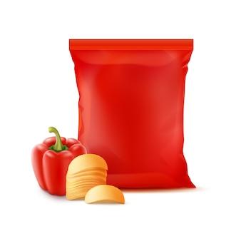 Pila di patatine fritte con paprika e sacchetto di plastica