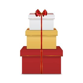 Pila di scatole regalo bianco con nastro e fiocco