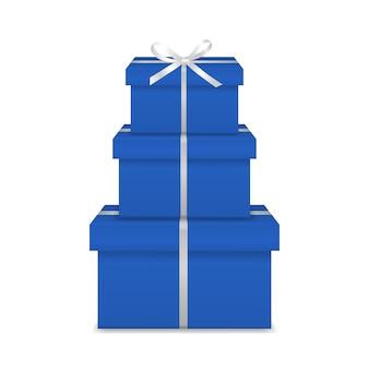Pila di tre scatole regalo blu realistico con nastro bianco e fiocco