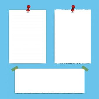 Pin e pagine di blocco note quadrate vuote. carta per appunti attaccata con spillo rosso.
