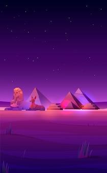 Piramidi del deserto notturno egiziano, sfinge e anubi