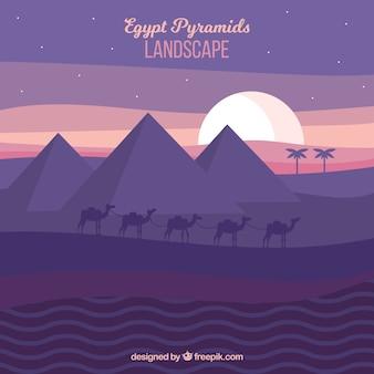 Piramidi di egitto paesaggio con carovana di cammelli nella notte