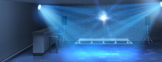 Pista da ballo con palcoscenico vuoto in discoteca