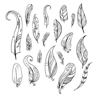 Piume di uccello mano che disegna isolato indiano dell'insieme di elementi su bianco. stile boho