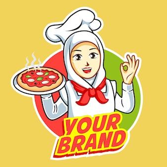 Pizza logo con bella donna chef con pollo alla griglia sulla sua mano.