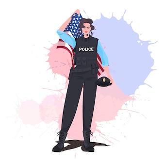 Poliziotta in uniforme che tiene la bandiera degli stati uniti felice festa del lavoro