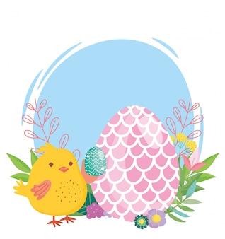 Pollo e uovo felici di pasqua decorati con forma dei fiori del pesce