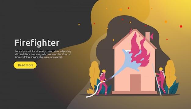 Pompiere in uniforme facendo uso dello spruzzo d'acqua dal tubo flessibile per la casa di combustione antincendio