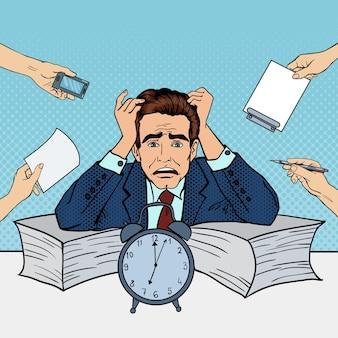 Pop art ha sottolineato l'uomo d'affari al lavoro d'ufficio multi-tasking. illustrazione