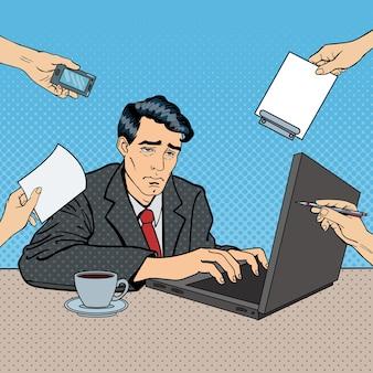 Pop art ha sottolineato l'uomo d'affari con il computer portatile al lavoro d'ufficio multi-tasking. illustrazione