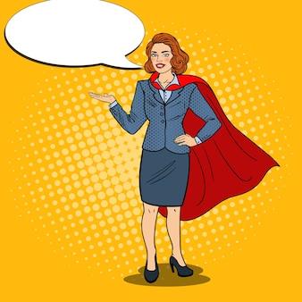 Pop art happy super business woman in red cape che punta sullo spazio della copia