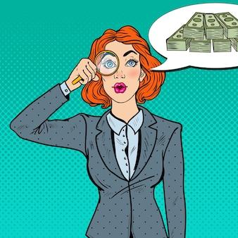 Pop art stupita donna d'affari con lente d'ingrandimento trovato soldi.