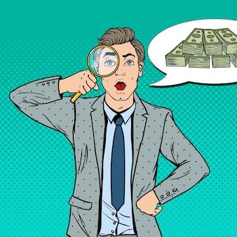 Pop art stupito uomo d'affari con lente d'ingrandimento trovato soldi.