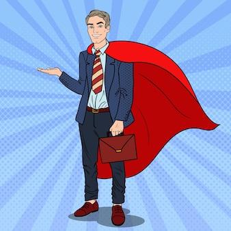 Pop art super uomo d'affari in capo rosso che punta sullo spazio della copia