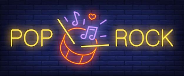 Pop, testo rock al neon con batteria, bacchette e note musicali