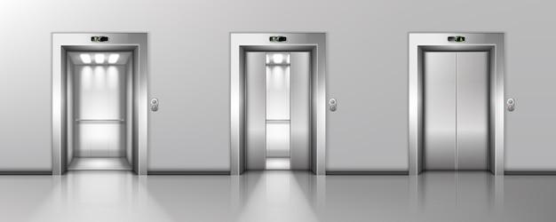 Porte dell'ascensore in metallo aperte e chiuse in corridoio