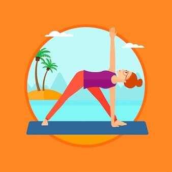Posa di pratica del triangolo di yoga della donna sulla spiaggia.