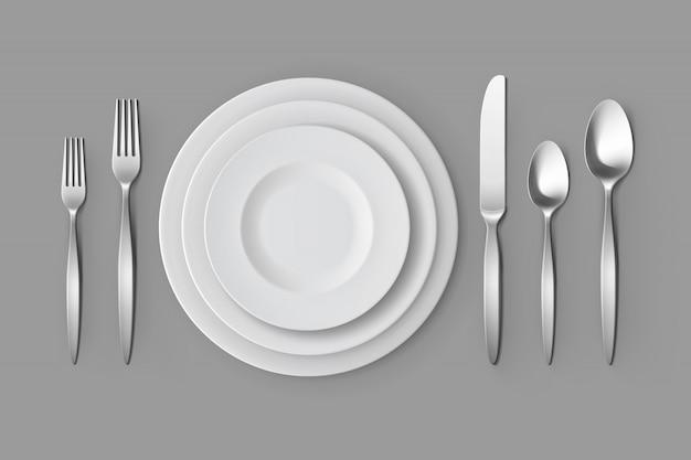 Posate forchette d'argento cucchiai e coltelli con piatti da tavola