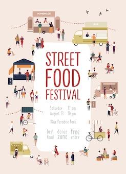 Poster di modello di volantino per festival estivo di cibo di strada con uomini e donne che camminano tra camion o bancarelle, acquistando pasti fatti in casa, mangiare e bere. illustrazione vettoriale per evento promozionale stagionale.