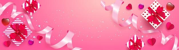 Poster o banner con nastro e cuori rosa realistici dolci