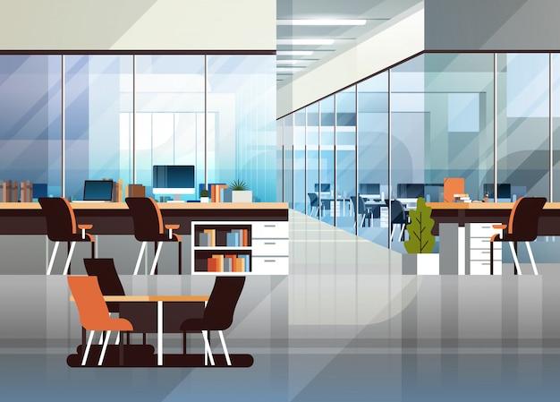 Posto di lavoro creativo del centro moderno interno dell'ufficio di coworking