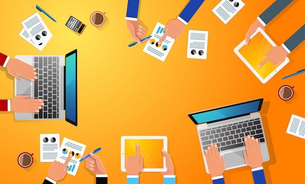 Posto di lavoro di affari con la mano della gente, la tazza di caffè, la compressa digitale, lo smartphone, le carte e vari oggetti dell'ufficio sulla tavola. illustrazione design piatto