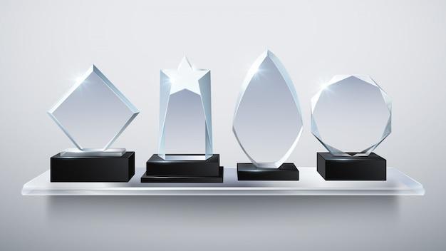 Premi del trofeo di vetro realistico, premi del vincitore del diamante trasparente sull'illustrazione di vettore dello scaffale. collezione di vetri trasparenti premio e trofeo